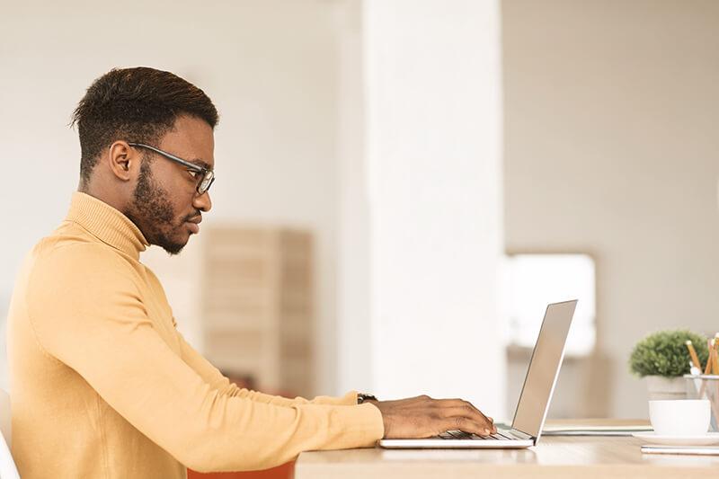 homem escrevendo conteúdo
